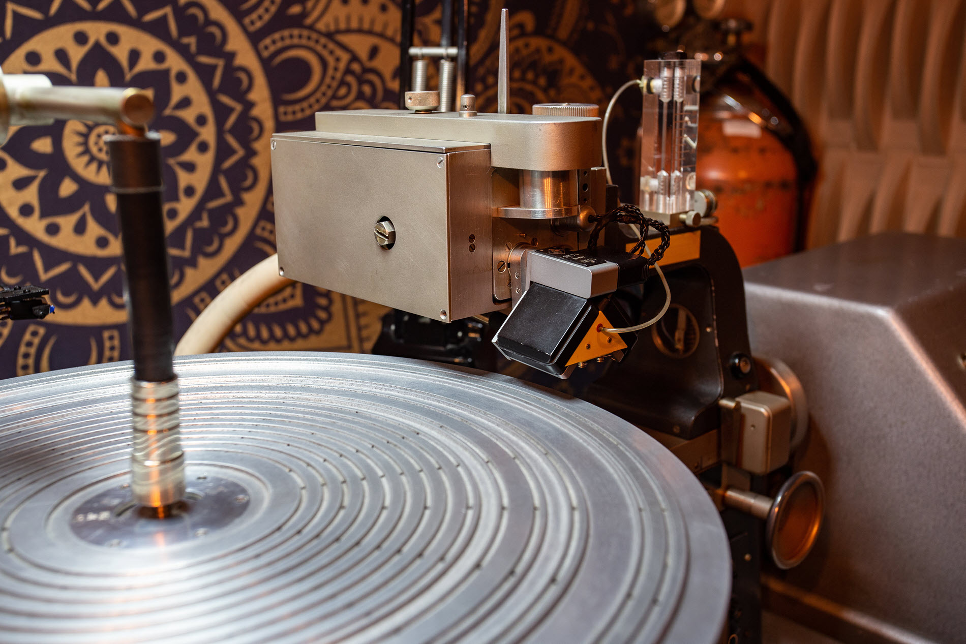 Turntable like equipment with cutter where arm would be.